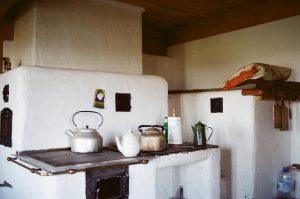 Leżanka przy piecu w schronisku nad Smolnikiem