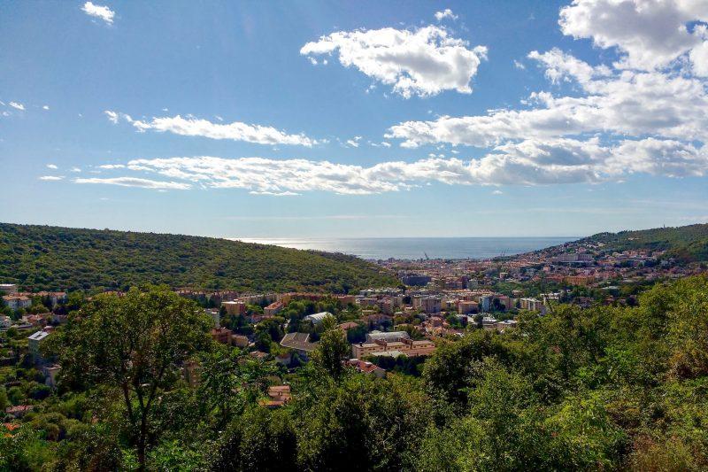 Panorama miasta Trieste, za nią Morze Śródziemne