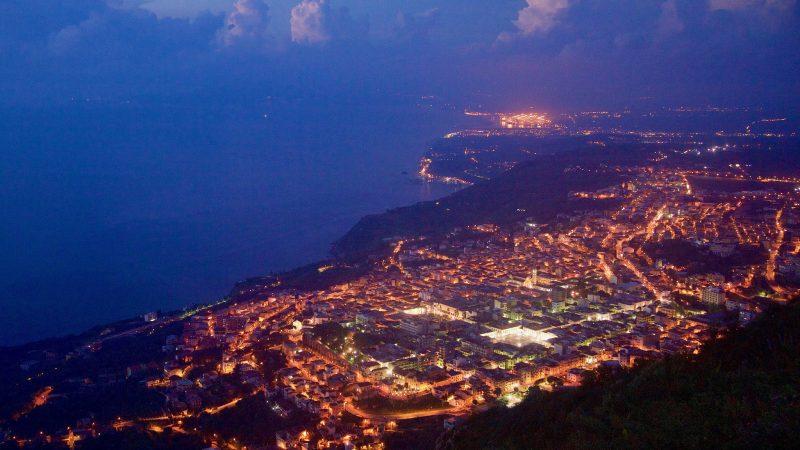 Tutaj nocna panorama miasta Palmi