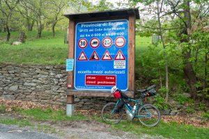 Znaki przy drodze na przełęcz Finestre