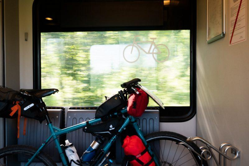 Na zdjęciu pociąg do Zwardonia. Służy jako ilustracja połączenia Rabka - Kraków